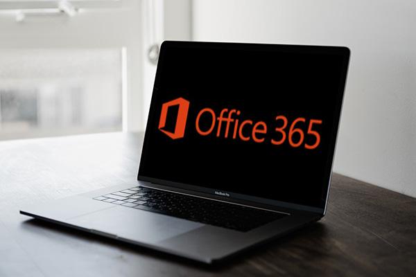 מחשב נייד פתוח לשירותי מחשוב