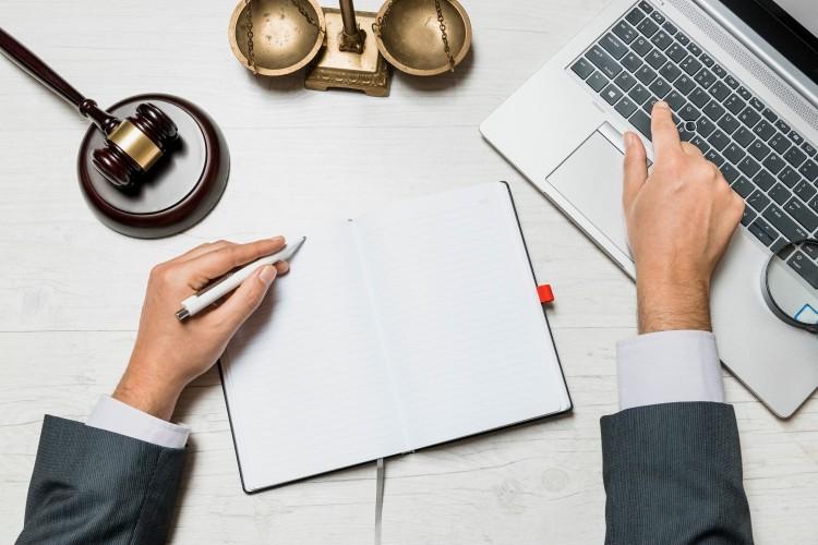 עורך דין לאחר קבלת שירותי מחשוב לעורכי דין