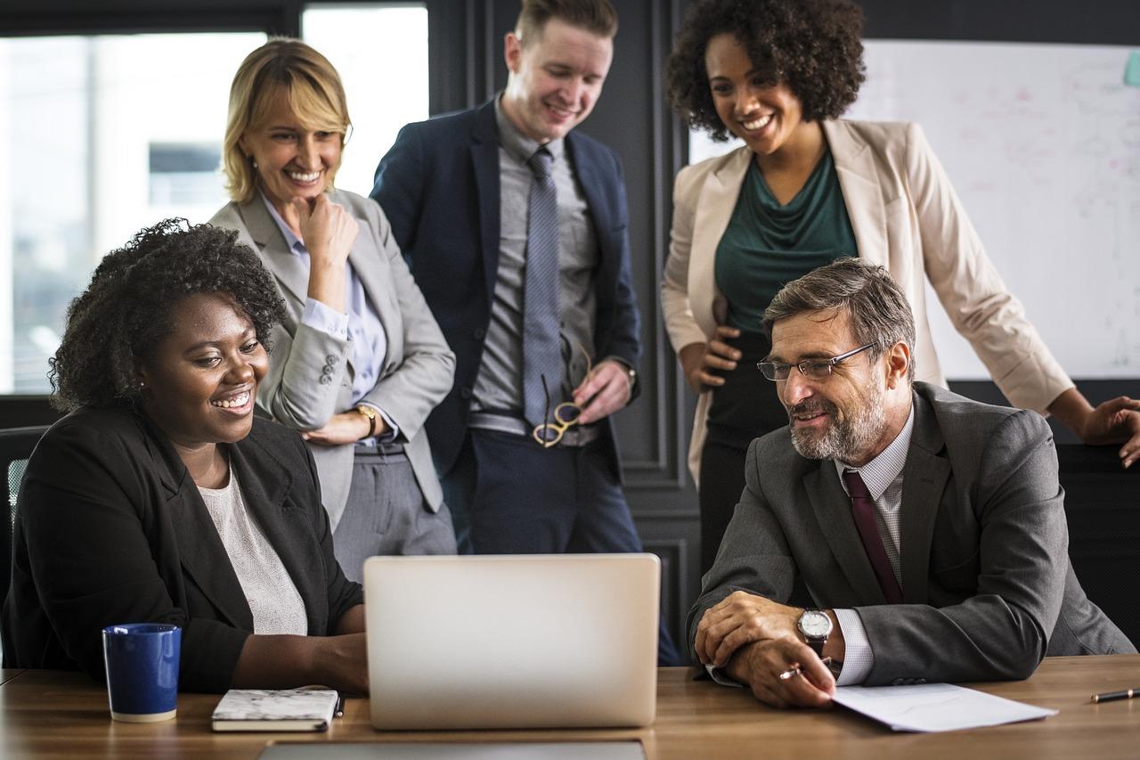 צוות עובדים מספקת שירותי מחשוב לעסקים ברעננה